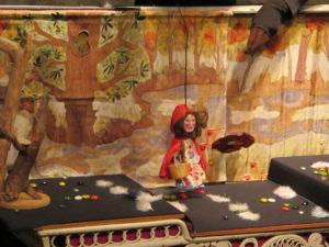 Marionnettes Amarante Marie derrière la pluie.alt