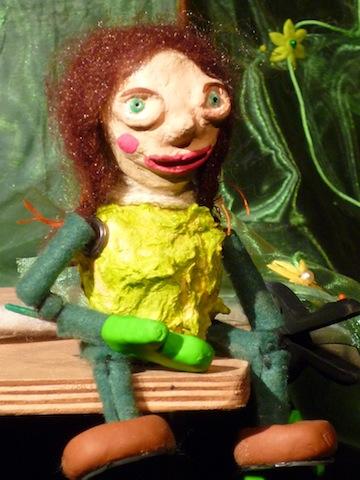 Spectacle-de-marionnettes-Amarante_Pimprenelle-assise